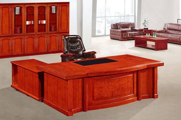 Bàn ghế trong thiết kế phòng Giám đốc cần có điểm tựa vững chắc phía sau.