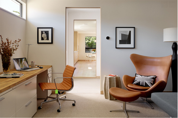 Sử dụng tông màu yêu thích sẽ giúp bạn yêu căn phòng hơn, tạo cảm hứng làm việc nhưng cũng tránh sử dụng tông màu sặc sỡ hoặc những màu tối