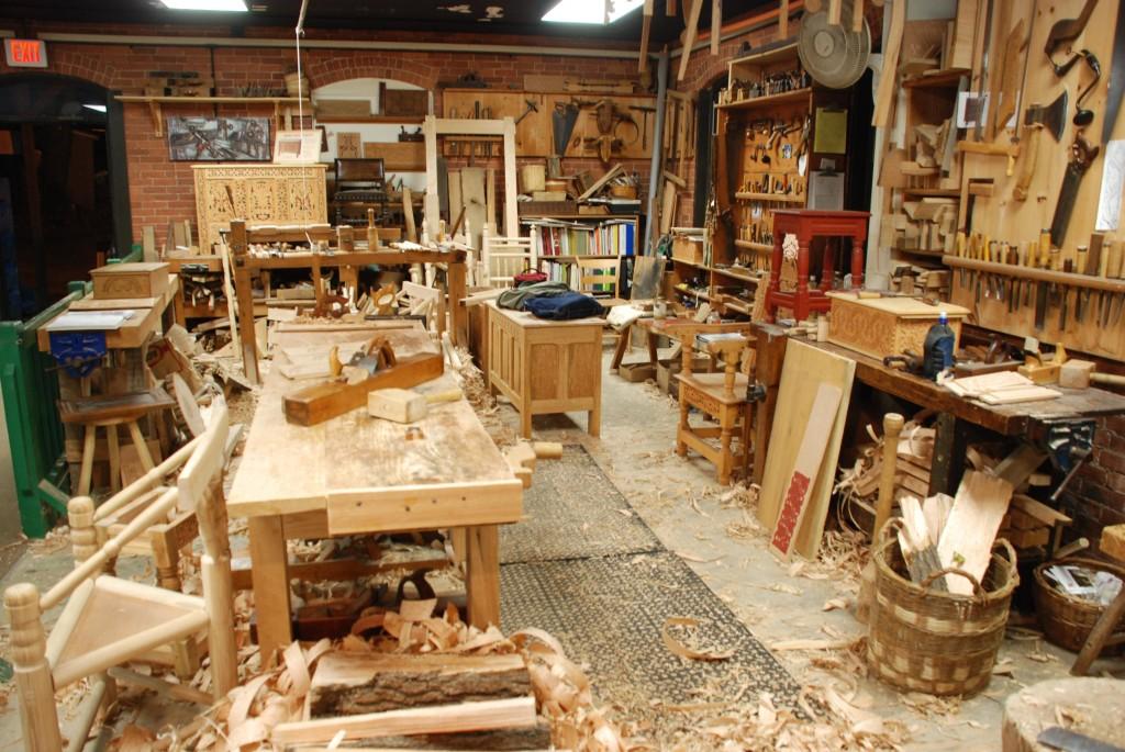 Xưởng sản xuất bàn làm việc hiện đại