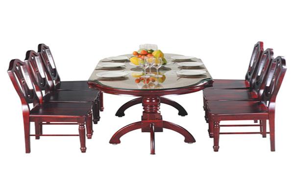 Bàn ghế phòng ăn sử dụng khung gỗ tự nhiên kết hợp mặt đá đem đến sự gần gũi, song vô cùng sang trọng.
