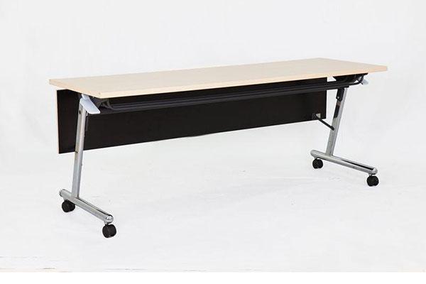 Phần chân của bàn làm việc đa năng được lắp đặt bánh xe di chuyển linh động, tiện lợi.