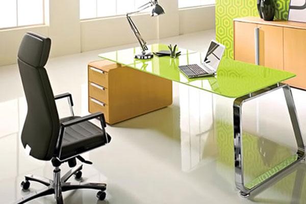 Bàn làm việc bằng kính cường lực có nhiều màu sắc cho khách hàng lựa chọn.