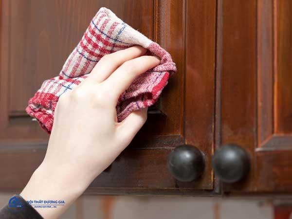 Bảo quản gỗ không bị nứt từ việc vệ sinh và vị trí đặt nội thất phù hợp
