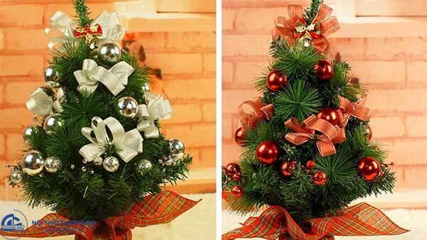 Sử dụng hình ảnh của cây thông là cách trang trí văn phòng làm việc mùa noel nên áp dụng