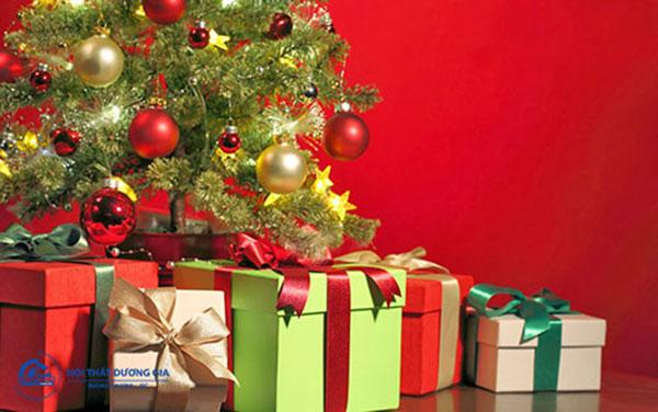 Trang trí văn phòng ngày Noel không thể thiếu hộp quà Giáng sinh