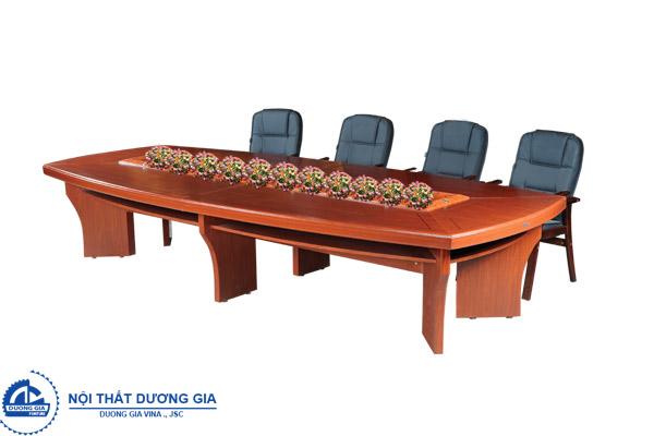 Bàn ghế phòng họp bằng gỗ tôn lên vẻ sang trọng, lịch sự
